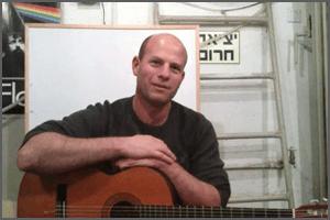 עוז ממליץ על הקורס לנגן גיטרה בחמישה שבועות