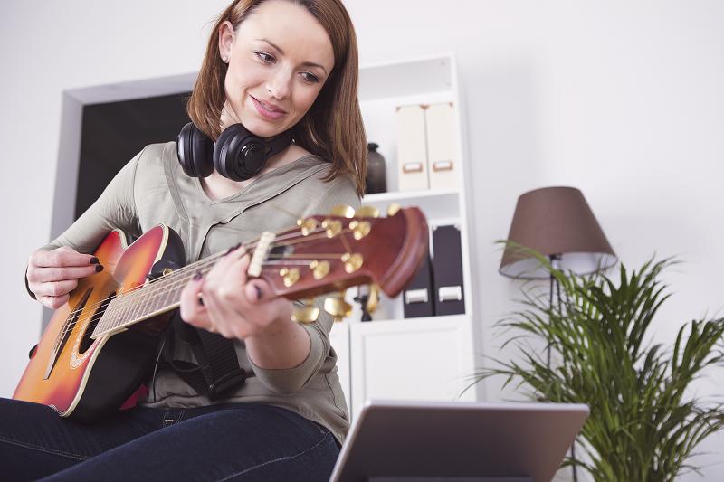 איך לנגן בגיטרה מבלי לצאת מהבית