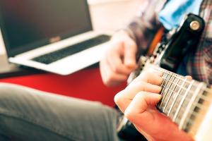 לימוד גיטרה באינטרנט או בסדנא