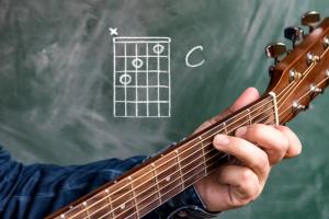 לומדים אקורדים לגיטרה
