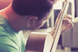 מתחילים ללמוד גיטרה אצל מורה לנגינה